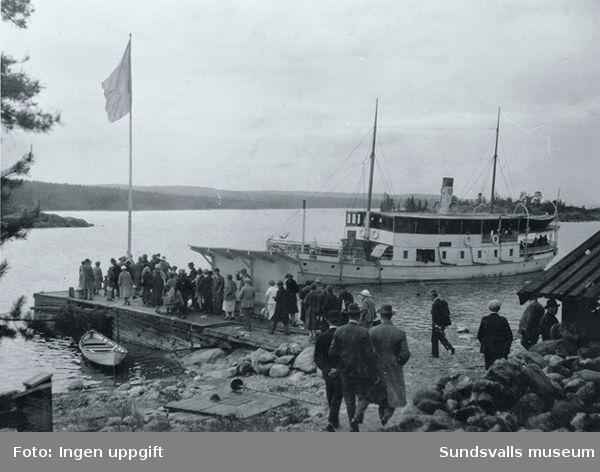 Båten Tynderö lägger till vid Spikarö brygga, utflykt.