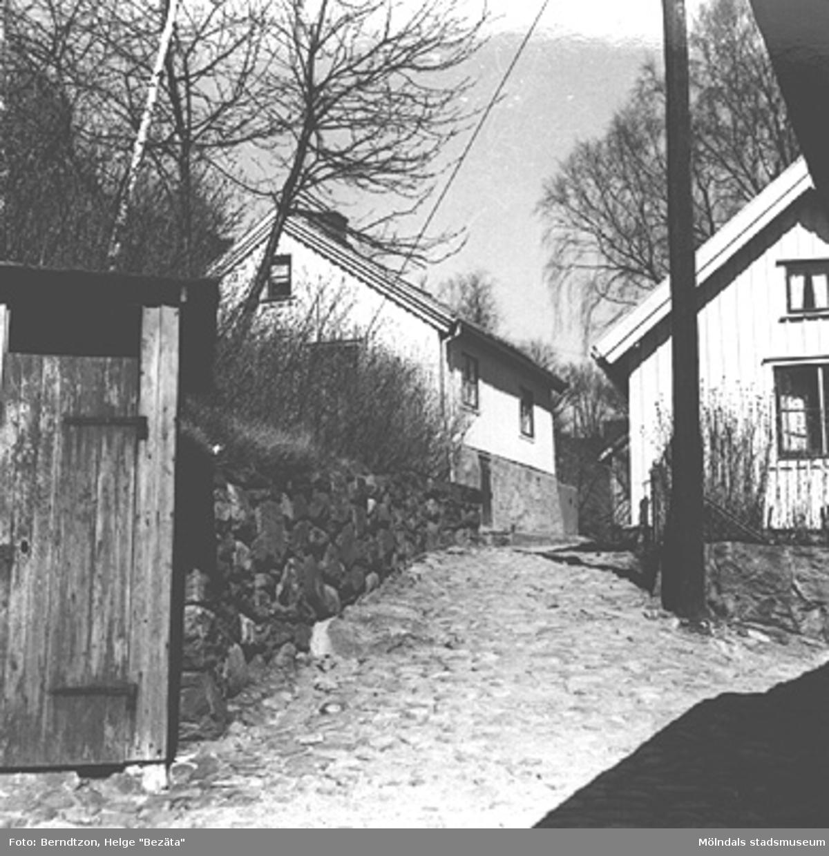 """""""Skraltorp"""" vid backen från f.d Stadshuset och upp mot Friareliden (Samuel Norbergsgatan). Cirka 1984."""