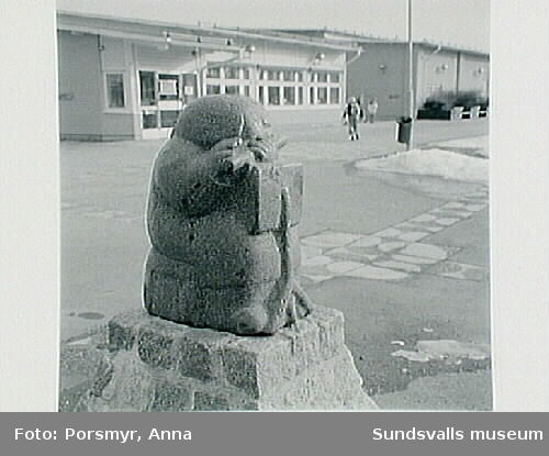 """Sven Lundqvists offentliga skulptur  """"När skönheten kom till byn""""."""