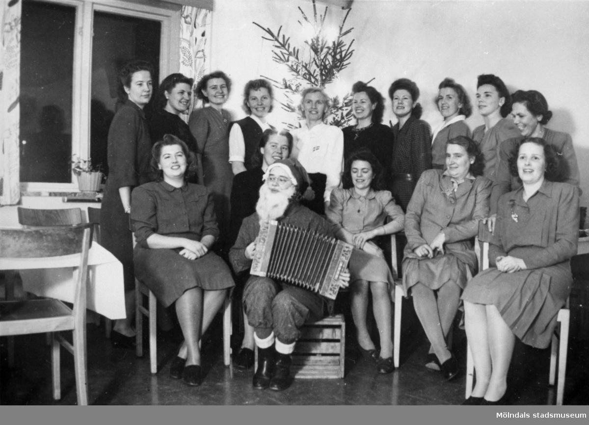 Luciafest för Eiserpersonal under 1950-talet. Tomten bjöd på dragspelsunderhållning.
