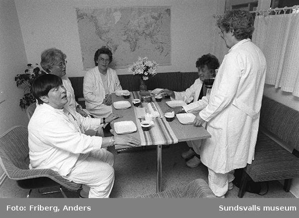 Kabi Pharmacia i Matfors. 02-06 Samling kring kaffe och tårta på en eftermiddagsrast i övervåningens personalrum. 07 Paketering av spolvätska. 08 Paketering av mixtur. 09-10 Mixturavdelningen. 11-12 Produktion av desinfektionssvamp. 13-15 Paketering av desinfektionssvamp. 16-19 Produktion och etikettering av desinfektionssvamp. 20-22 Omklädningsrum, kvinnlig personal. 23-24 Fyllnadsavdelning av mixturer. 22-27 Paketering av mixturer. 28-38 Beredning av lösning.