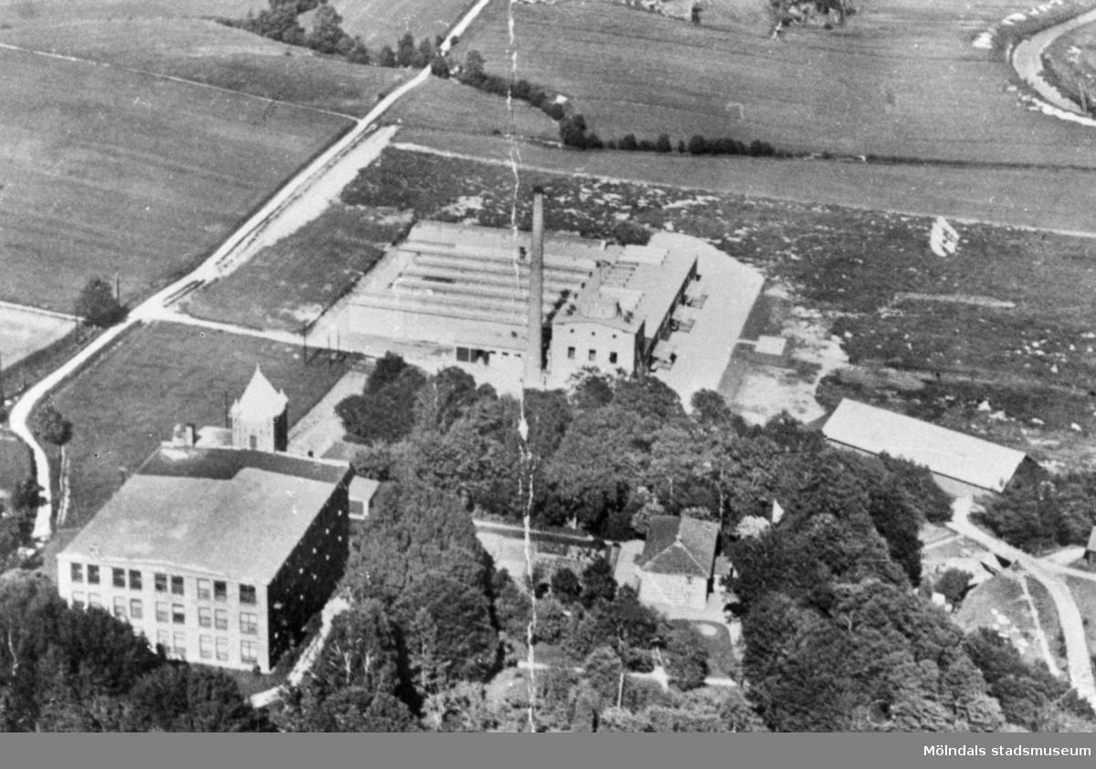 Flygfoto över Anderstorps fabriks spinneri och Eriksbergs färgeri, 1940-talet.