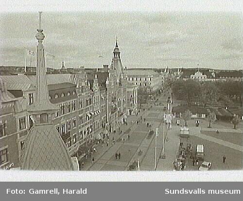 Bild nr 19-20 - vy över torget och Storgatan fr. taket på kv Nyttan 6 o. 3.Bild nr 21 - mitttentornet på taket av kv Nyttan 6 o. 3.