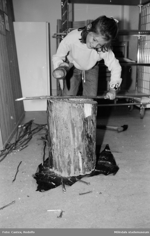 En flicka borrar med en borr i en träpinne. Utställningsvernissage av och om Katrinebergs daghem på Mölndals museum 1993-09-10.