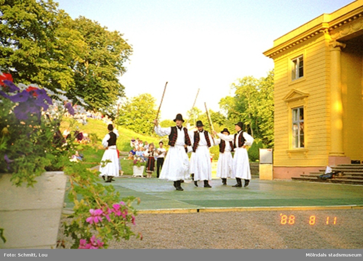Musik- och dansarrangemang på scenen framför slottet.
