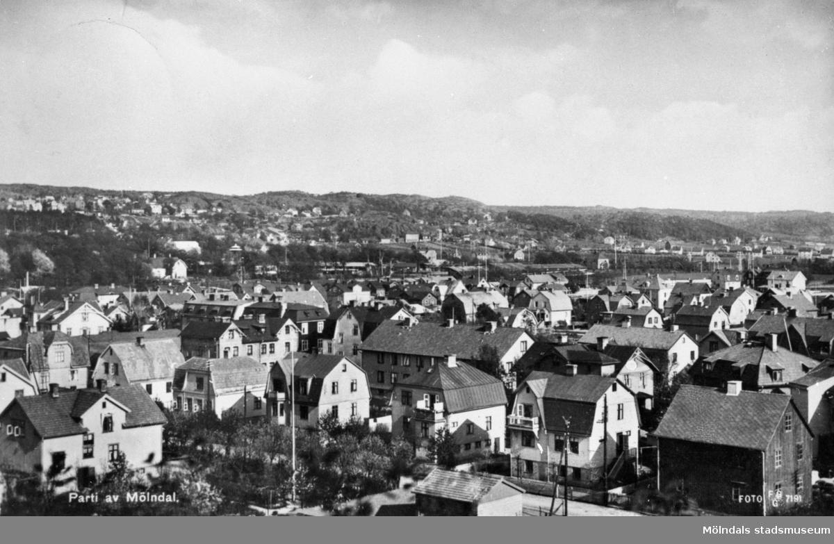 """Vykort """"Parti av Mölndal"""" över Broslätt från Fässbergs kyrka, postat den 19/8 1934. I förgrunden ses Bergmansgatan."""