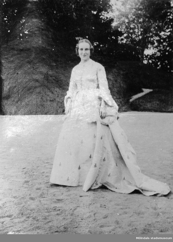 Fröken Liljehöök i en dräkt från 1860, Gunnebo slott 1923.
