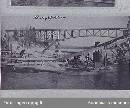 Rörledningsarbete vid den rasade bron vid Bergeforsen.