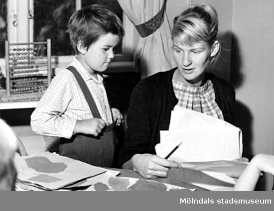 Lärarinna och barn pysslar. Holtermanska daghemmet 1953.