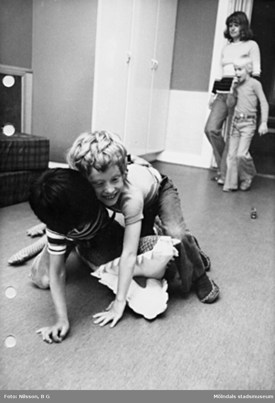 Två barn som leker. Holtermanska daghemmet maj 1975.