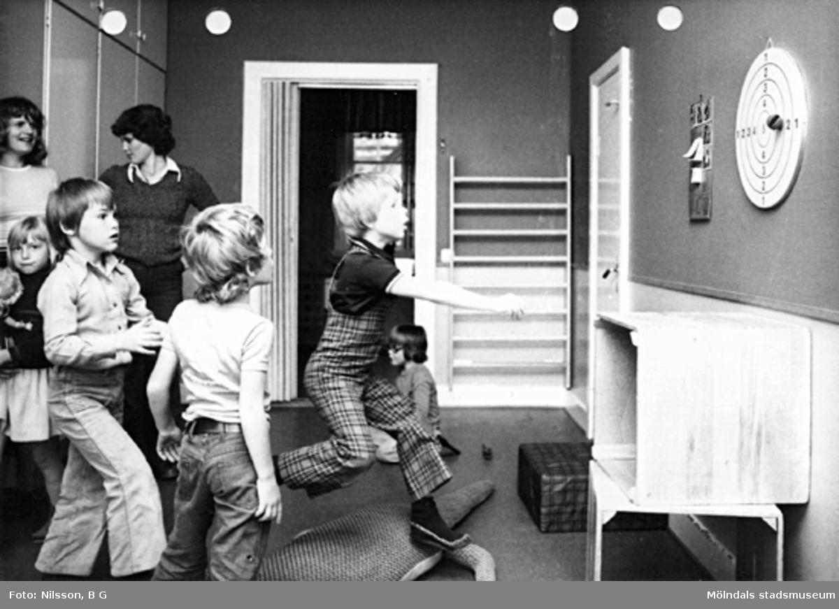 Lärare och barn som leker. Holtermanska daghemmet maj 1975.