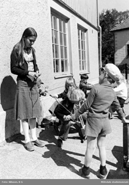 Barn och en fröken utomhus. Holtermanska daghemmet, okänt årtal.