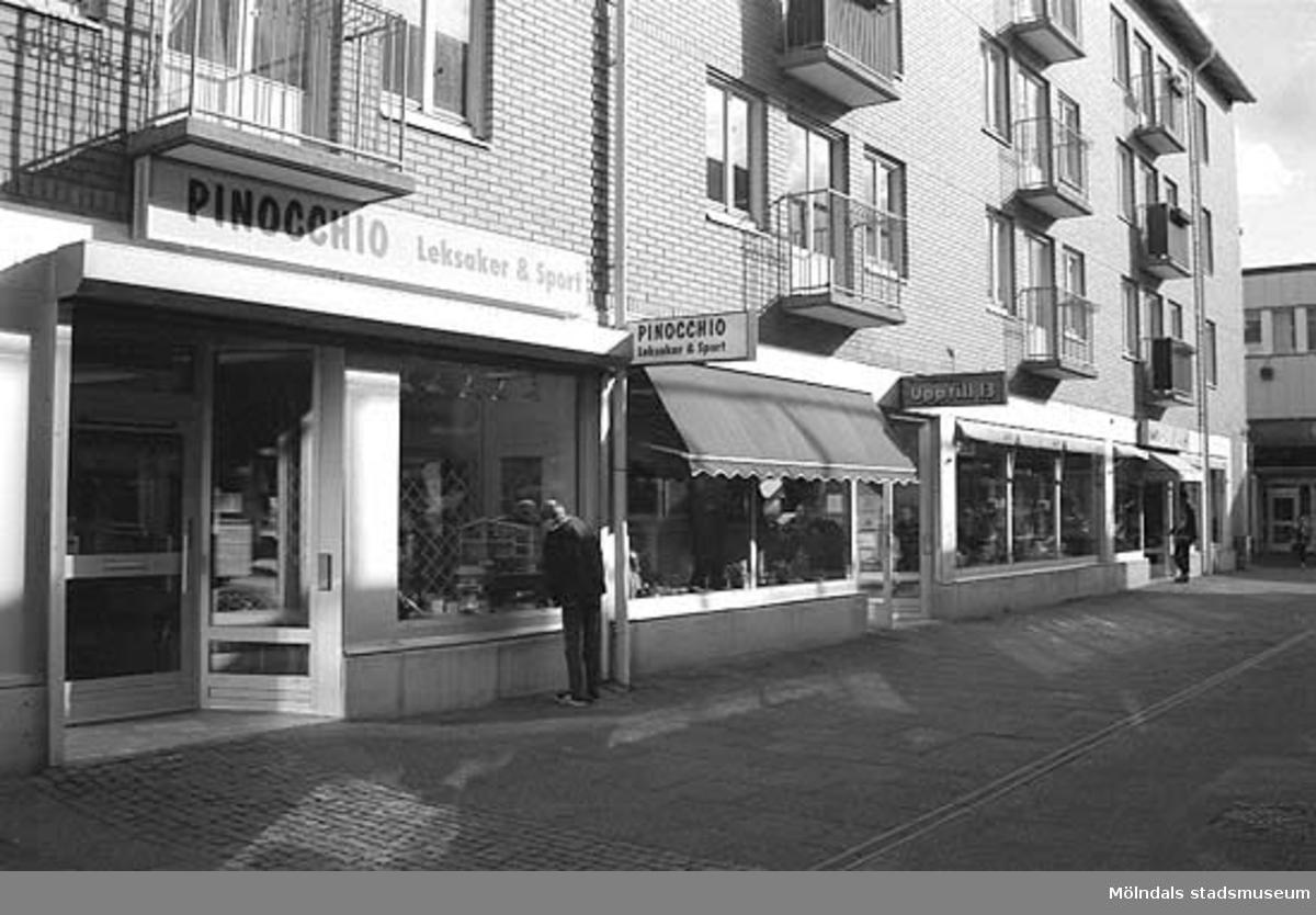 Pinocchio Leksaker & Spel på Medborgaregatan. Mölndalsbro i dag - ett skolpedagogiskt dokumentationsprojekt på Mölndals museum under oktober 1996. 1996_ 0931-0940 är gjorda av högstadieelever från Kvarnbyskolan 9A, grupp 2. Se även gruppbilder på klasserna 1996_1382-1405 och bilder från den färdiga utställningen 1996_1358-1381.