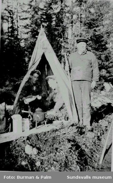 Kafferast i skogen. Tre män vid tält.