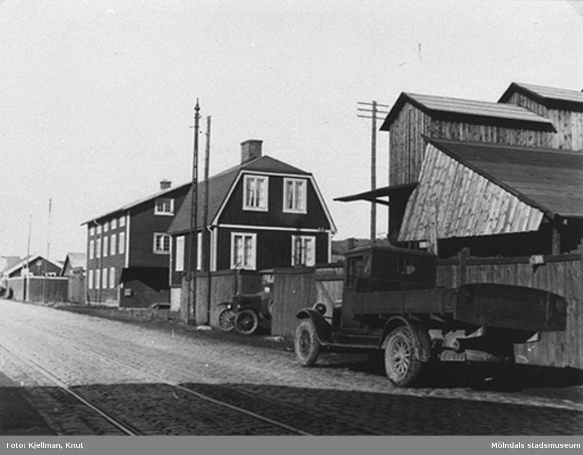 Till vänster: Elektriska kvarnen på Göteborgsvägen 14. Till höger: Fagerbergs bilar och anläggningar, 1930-tal.