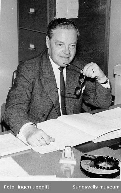Överingenjör Fritz Bolin på sitt tjänsterum i fabrikskontoret vid Nensjö cellulosafabrik.