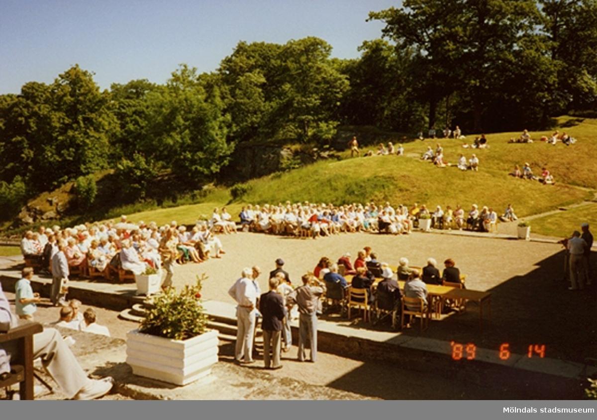 Musikunderhållning inför publik på slottets norra sida.