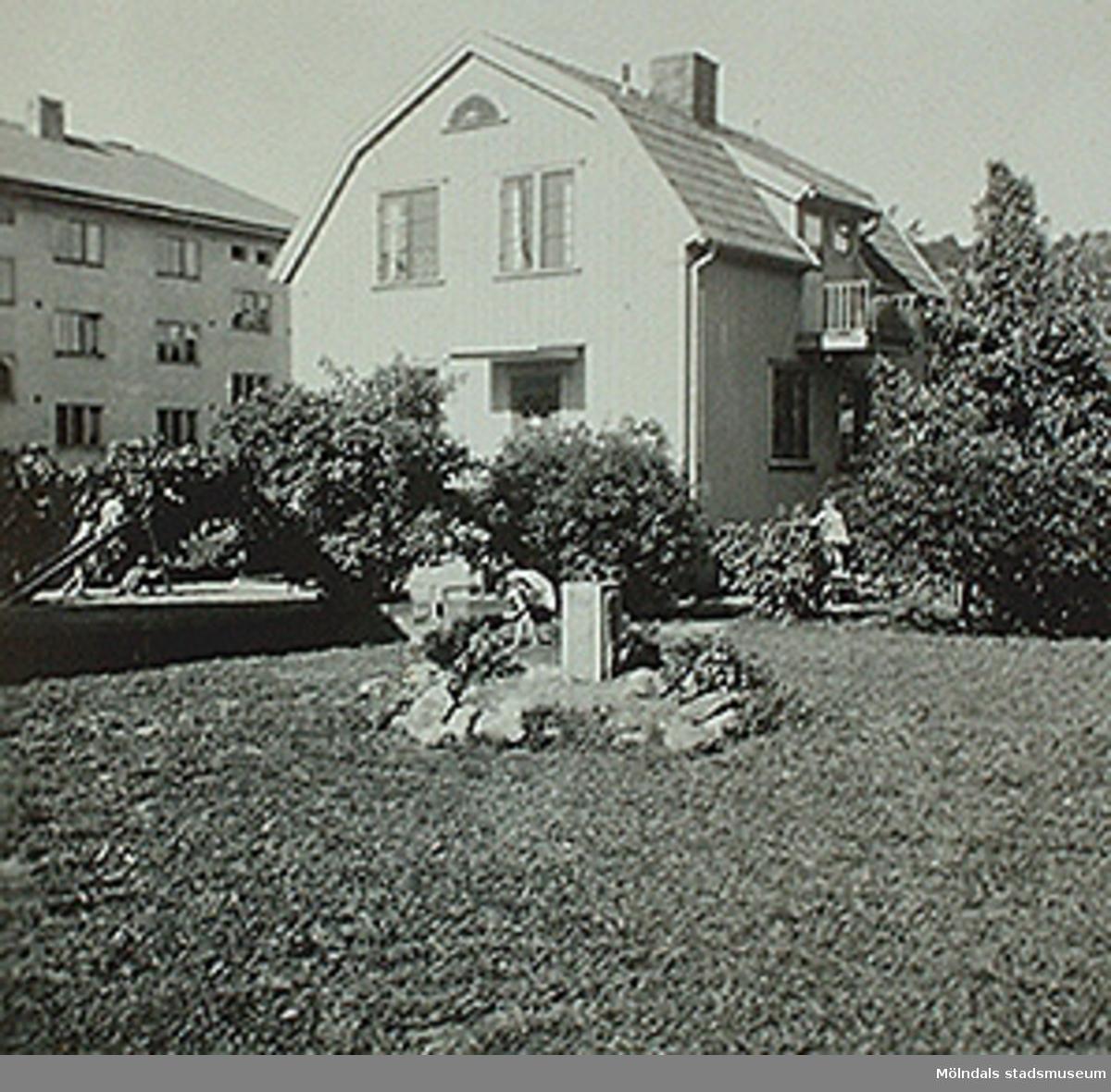 """Foto med påskriften """"Paradiset. och"""" sitter i albumet (invnr: 03395) """"Krokslätts daghem, Dalhemsgatan 7, Mölndal. 2 juni 1948 - 30 sept 1951"""" illustrerat av Ruth Karlsson.Det finns även med i häftet """"Krokslätt från barnkrubba till fritidshem 1945 - 1999"""" av Margit Wannerberg."""