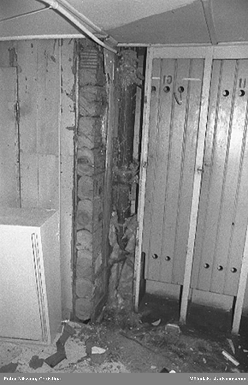 Interiör i fabriksbyggnad. Byggnadsdetaljer: Ledning i taket och inbyggt skåp. Hör ihop med: 2001_0662 - 0757.