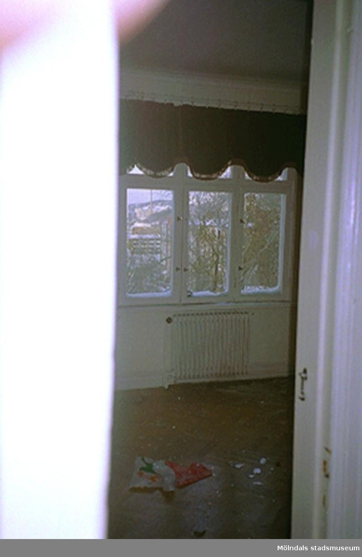 Tre fönster med utsikt samt ett element.