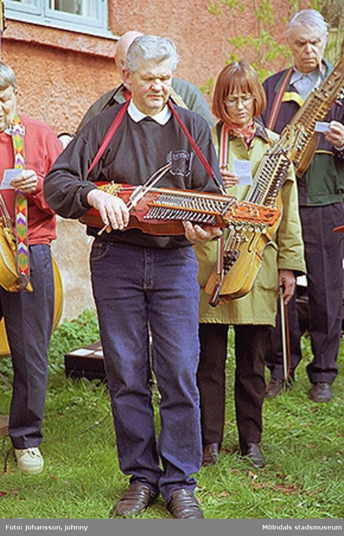 Museitekniker Sven-Åke Svensson spelar nyckelharpa i Lommebôs spelmansslag. Stensjöns församling har friluftsgudstjänst i Kvarnbyparken.