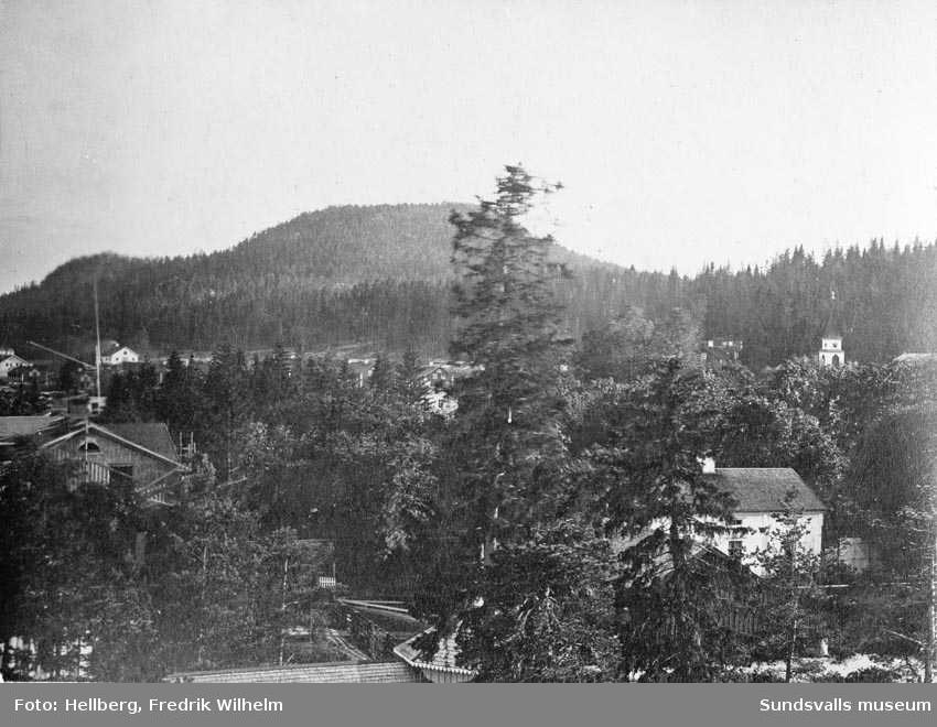 Vy tagen från vattentornet i Svartvik. Närmast till vänster ses gaveln på herrgården och längst bort skymtar kyrktornet.