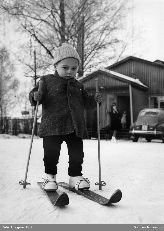 Ungersk grabb provar skidorna. Flyktingar.
