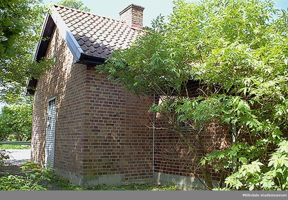 Elcentralens gavel och baksida vid Gunnebo bro. Avbildad inför 80 %-ig rivning, 1998-05-29. Relaterat motiv: 2002_0866.
