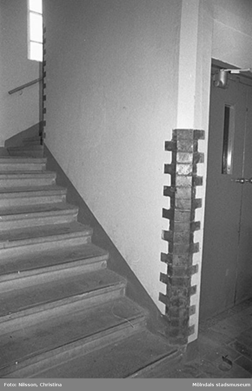 Werners fabriker, Lindome. Byggnadsdetaljer: Trappa. Det är en hiss vid sidan om trappan.Hösten 1994.