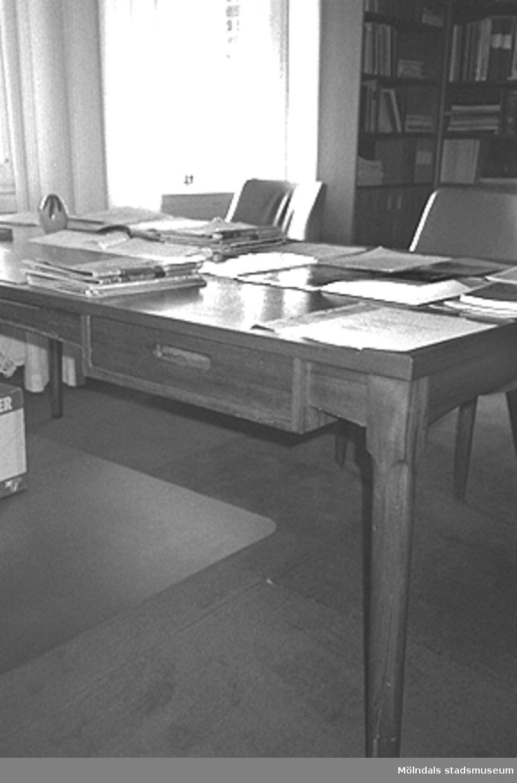 Mölndals stadshus, juni 1994. Del av ett skrivbord som står placerat vid ett fönster.