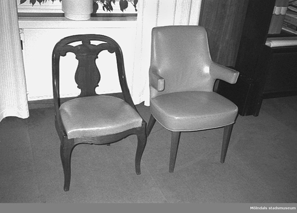 Två stolar.
