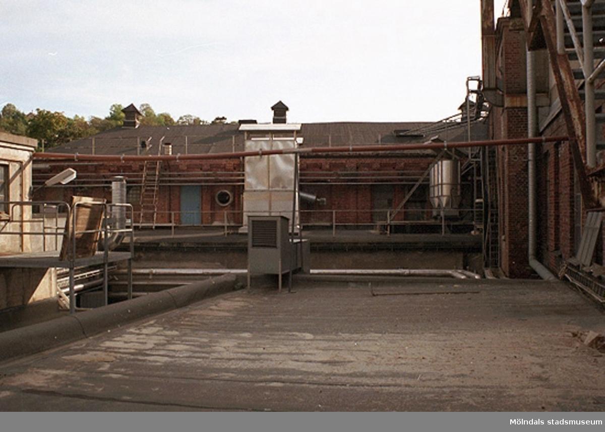"""Papyrus fabriksbyggnad. Äldre industribyggnader mot """"innergård"""" (tak). Från norr. September-oktober 1998."""