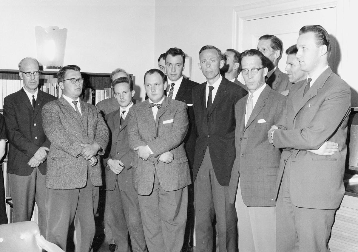 Uppvaktning för ett antal tjänstemän, på Generalpoststyrelsens författningsbyrå, som fått sina tjänster höjda fr.o.m. 30 juni 1961.