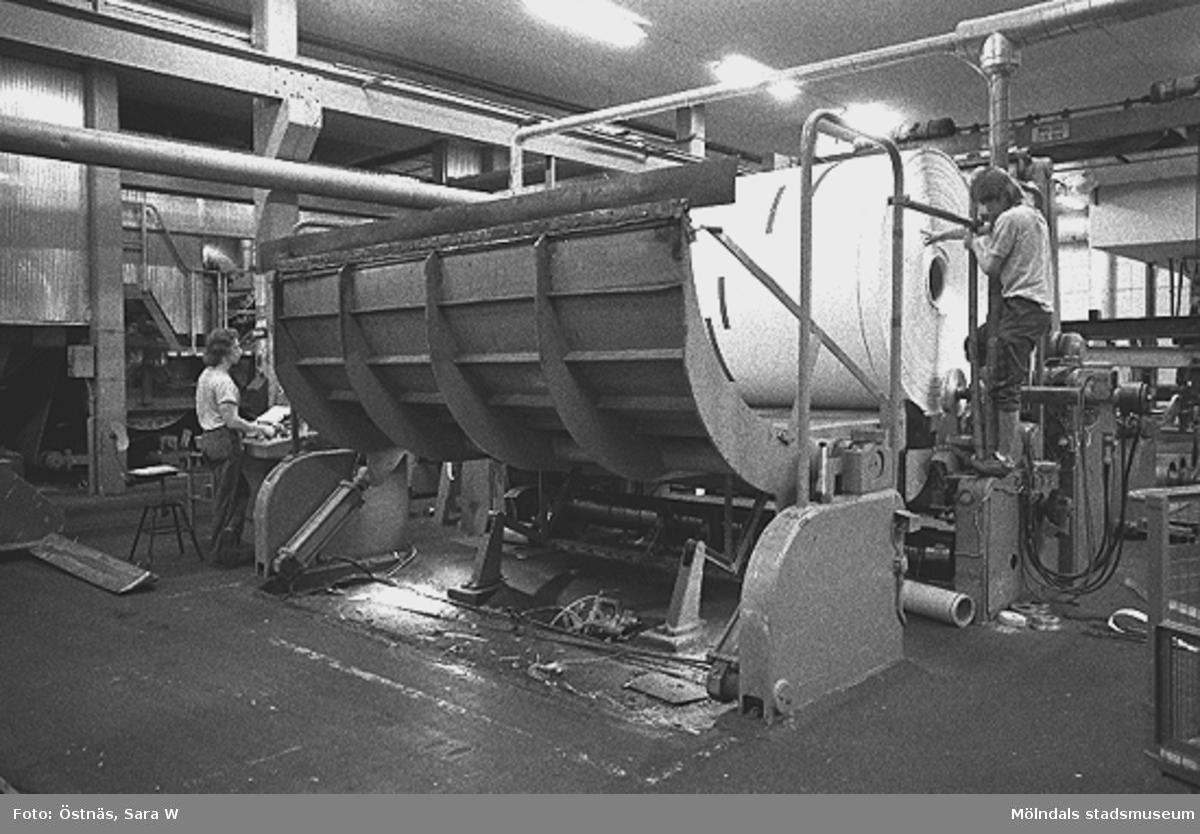 Män i arbete med kartongrullmaskin, Byggnad 6. T.v Bo Ternmalm, mannen t.h är troligen Jukka Rissanen.Bilden ingår i serie från produktion och interiör på pappersindustrin Papyrus.