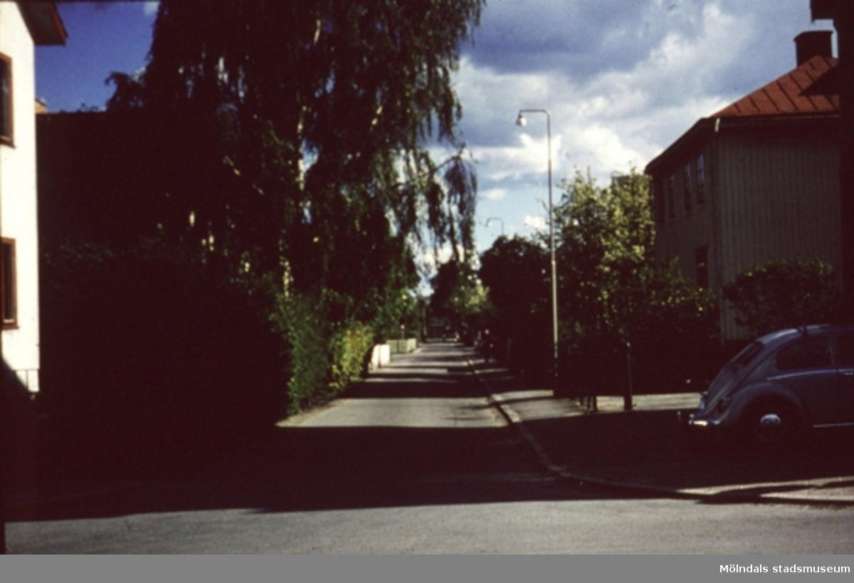 Bostadshus längs Villagatan i Mölndal, år 1971 - 72. I huset till höger, bodde i bottenvåningen murare Björkman, med hustru Elsie (syster med frisör Carl Ruppel) och sönerna Bert och Roger. Flyttade sedan till Hulelycksgatan. Bakom björkarna finns målare Walls hus.