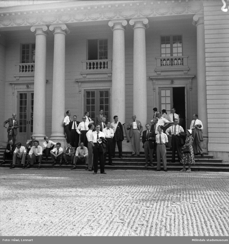 Reportage från Papyrus pressvisning i Mölndal, 29/8 1955. Utanför Gunnebo slott.