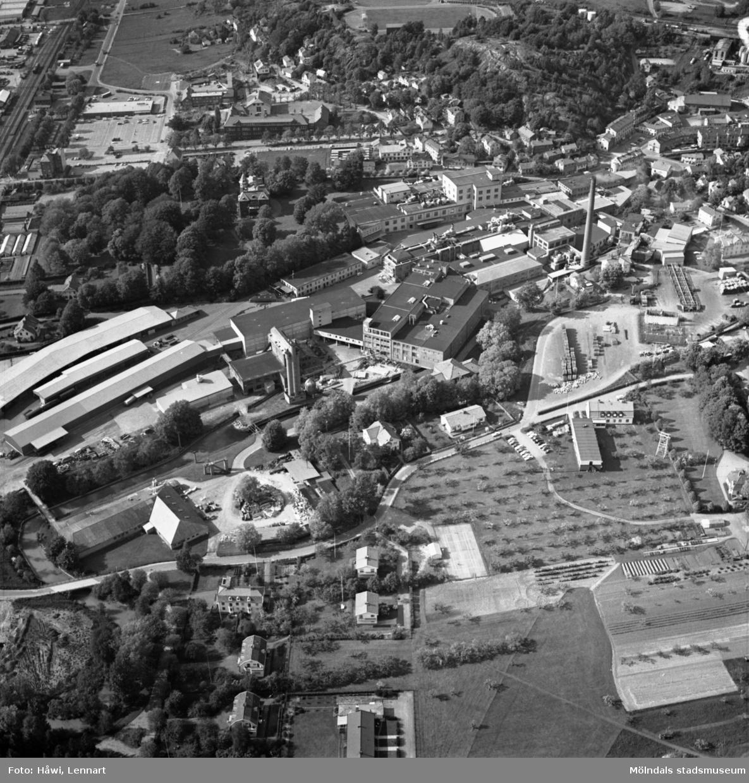Flygfoto över Papyrus fabriksområde i Mölndal, 9/6 1969. Nedanför fabriksbyggnaderna syns Yngeredsfors fruktodlingar.