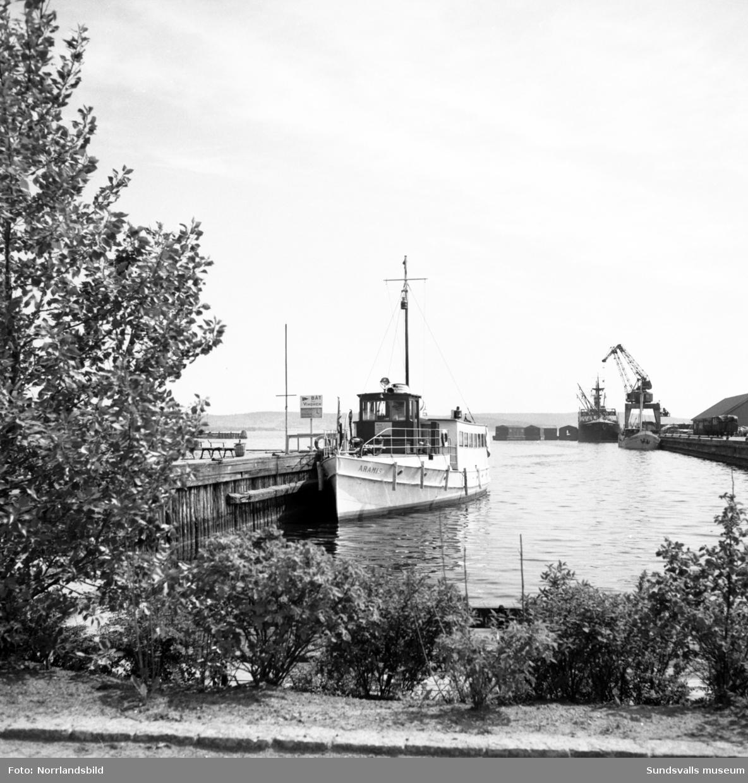 Båtar vid kajen i Sundsvalls hamn.