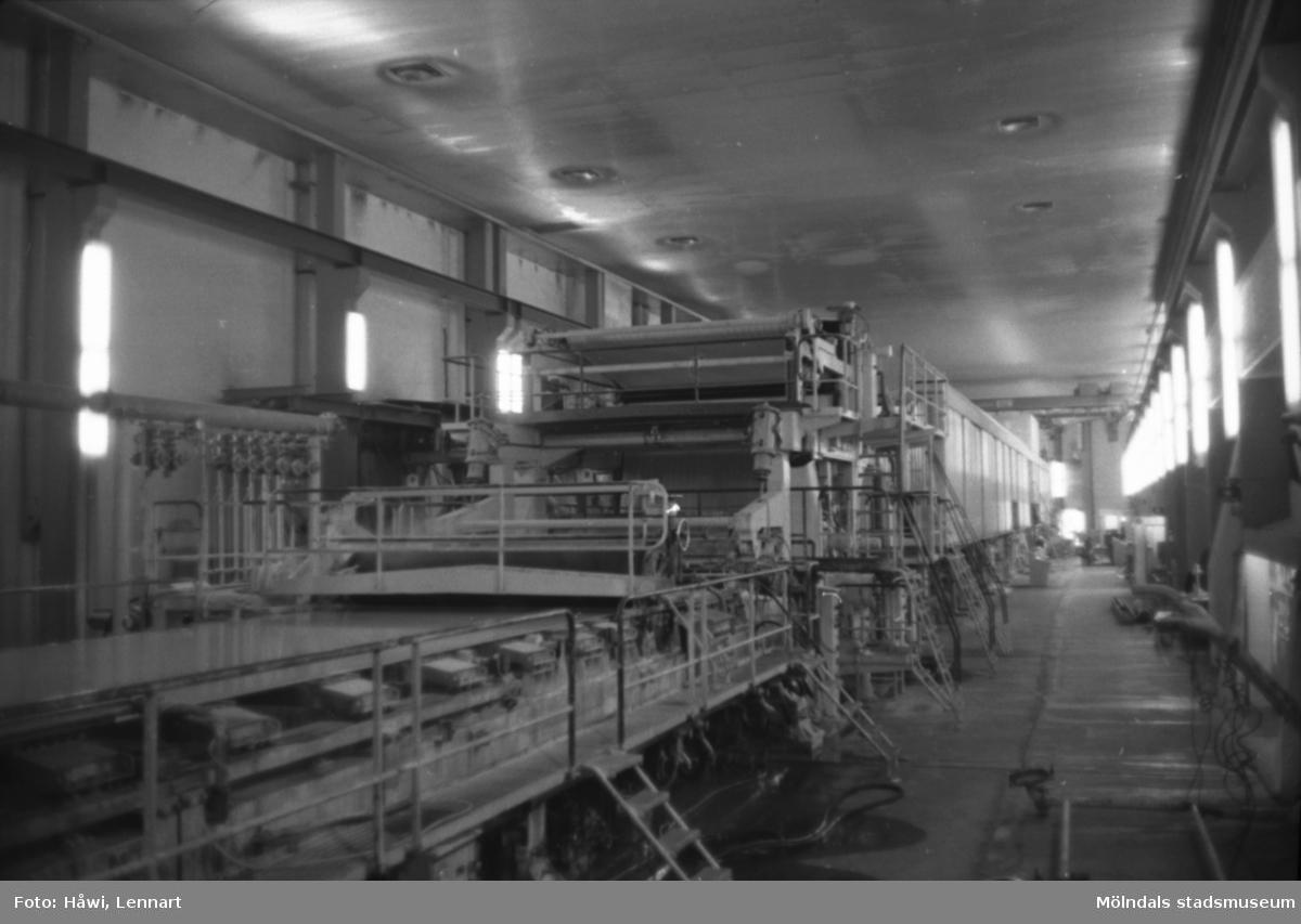 PM 5 viraparti. Här avvattnas största delen av vattnet i pappersmassan och massafibrerna läggs tillrätta. Papyrus i Mölndal, hösten 1970.