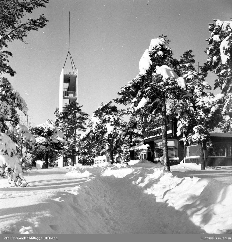 Vinterbilder från Norra berget med utsiktstornet och klockstapeln.
