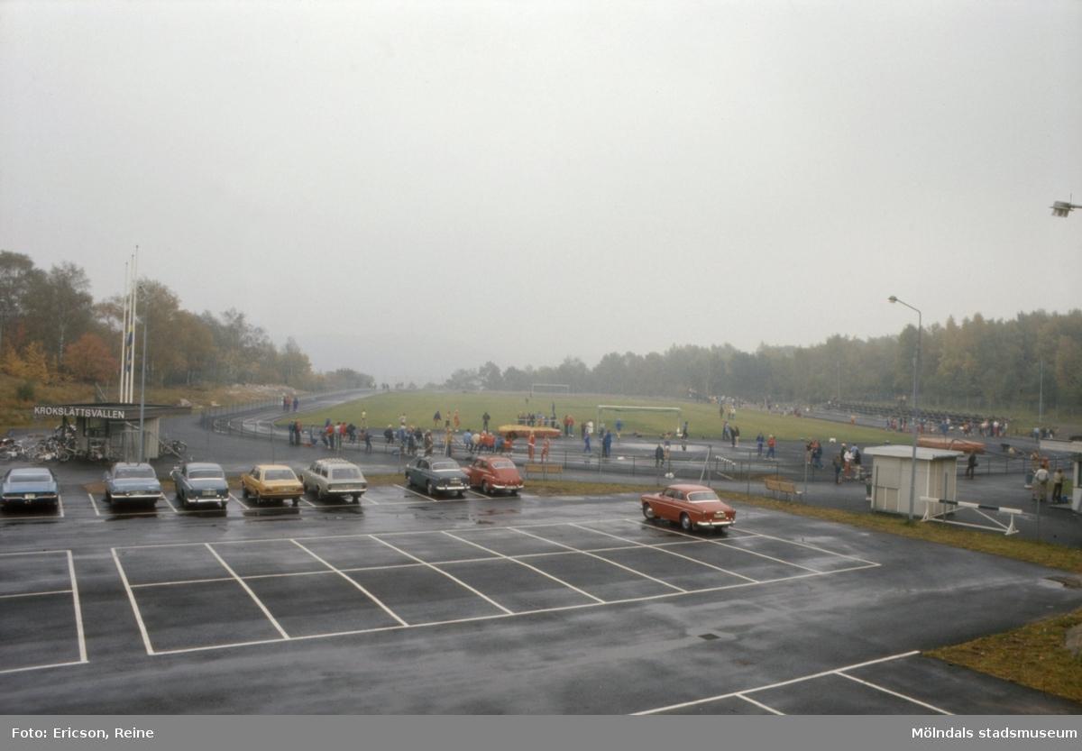 Krokslättsvallen.  Krokslätts idrottsplats - Krokslättsvallen - är en modern anläggning med stor parkeringsplats.  Den ligger strax väster om Krokslätts skola.  Lättast kommer man dit från spårvagnen genom att gå Krokslättsgatan eller Krokslätts Parkgata.  På idrottsplatsen finns fotbollsplan samt vanliga anordningar för allmän idrott.