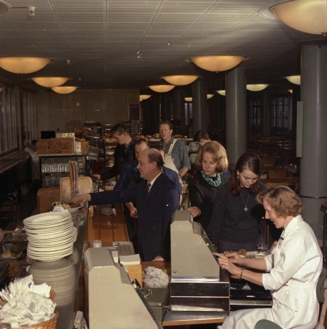 """Postgirots personalrestaurang, i våningen 5 tr. Bildmaterial till diaserien """"En dag på Postgirokontoret"""", att visas för besökare i anslutning till studiebesök och i den interna undervisningen."""
