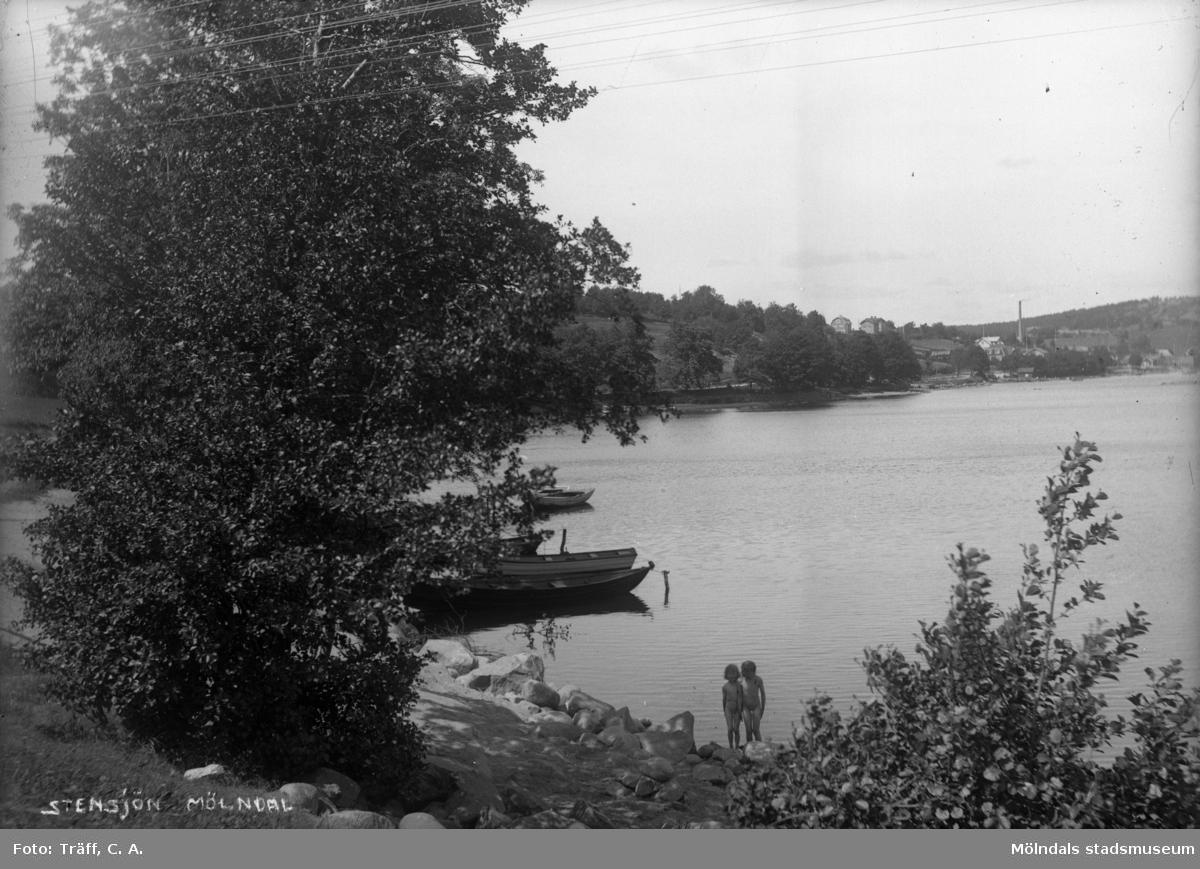 Två barn vid Röda ladans badplats i Stensjön.