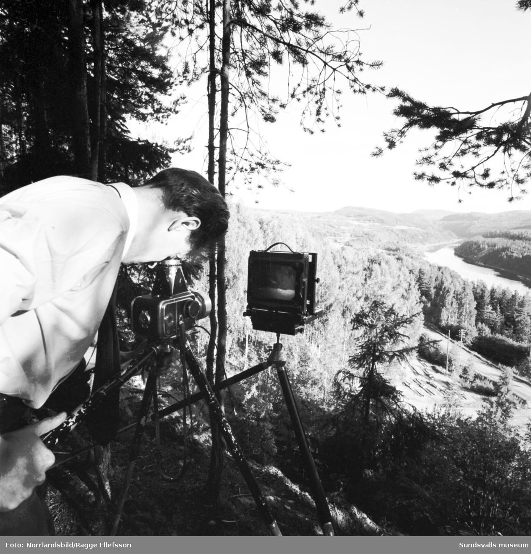 Fotografering med 12x16 av den vackra utsikten i Järkvissle. Fotografens vedermödor med sin utrustning i den branta och oländiga terrängen.