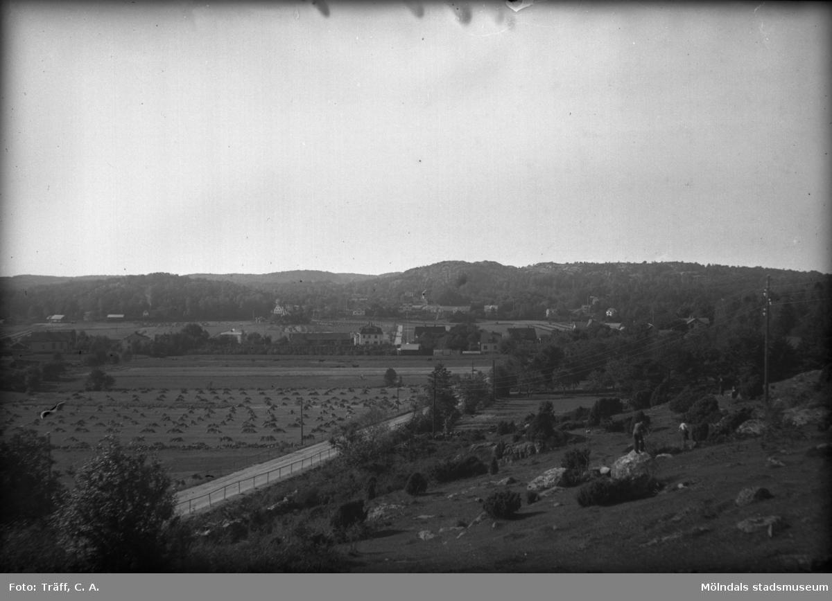 Vy över Kållered. Nuv. Streteredsvägen, Våmmedalsbacken. I backen till höger ligger idag Brattåsskolan. Foto från 1930-1940.