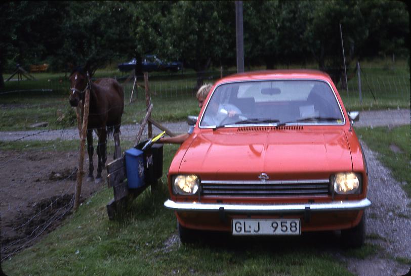 Lantbrevbärare Mikael Mattsson har kommit till Rockelsta Kvarn. Från bilen delar han ut post i ett par postlådor.