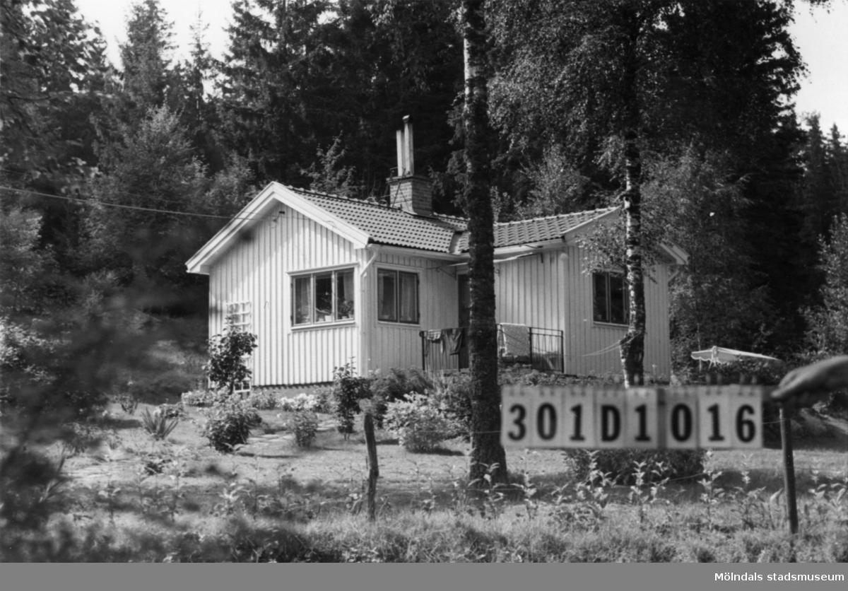 Byggnadsinventering i Lindome 1968. Inseros 1:61. Hus nr: 301D1016. Benämning: permanent bostad och redskapsbod. Kvalitet, bostadhus: god. Kvalitet, redskapsbod: mindre god. Material: trä. Tillfartsväg: framkomlig. Renhållning: soptömning.
