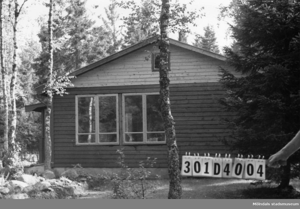 Byggnadsinventering i Lindome 1968. Inseros 1:56. Hus nr: 301D4004. Benämning: fritidshus och redskapsbod. Kvalitet, fritidshus: mycket god. Kvalitet, redskapsbod: mindre god. Material: trä. Tillfartsväg: framkomlig. Renhållning: soptömning.
