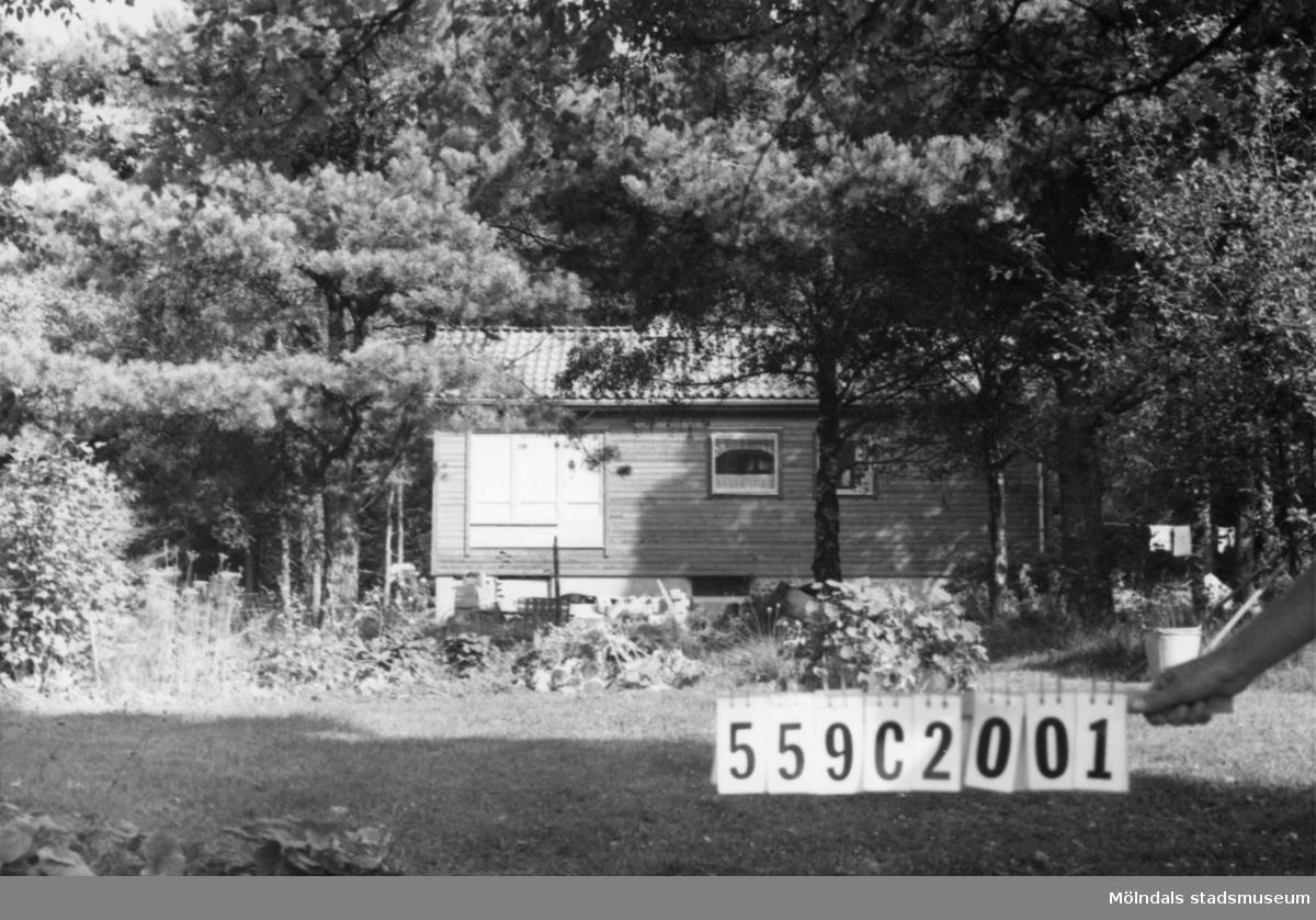 Byggnadsinventering i Lindome 1968. Fagered 2:27. Hus nr: 559C2001. Benämning: permanent bostad och redskapsbod. Kvalitet, bostadshus: mycket god. Kvalitet, redskapsbod: dålig. Material: trä. Tillfartsväg: framkomlig. Renhållning: soptömning.