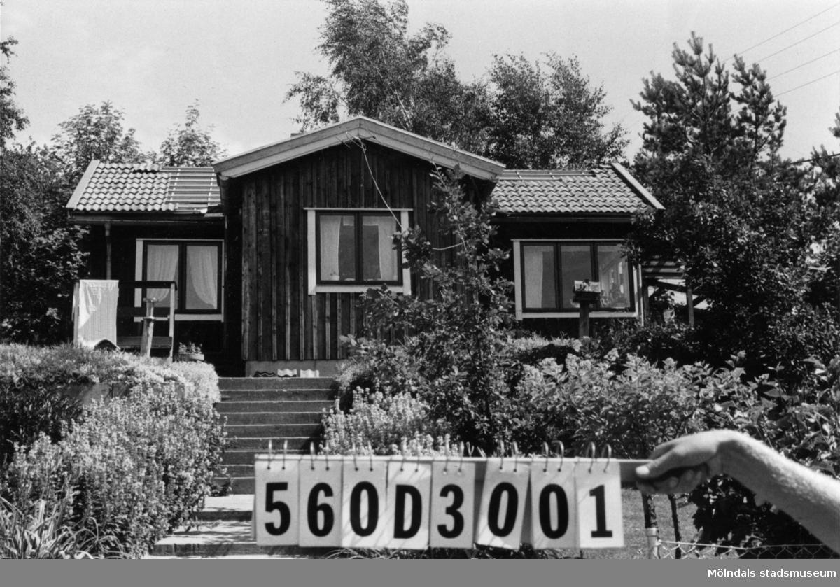 Byggnadsinventering i Lindome 1968. Gastorp 1:33. Hus nr: 560D3001. Benämning: fritidshus och redskapsbod. Kvalitet, fritidshus: god. Kvalitet, redskapsbod: mindre god. Material: trä. Tillfartsväg: framkomlig. Renhållning: soptömning.